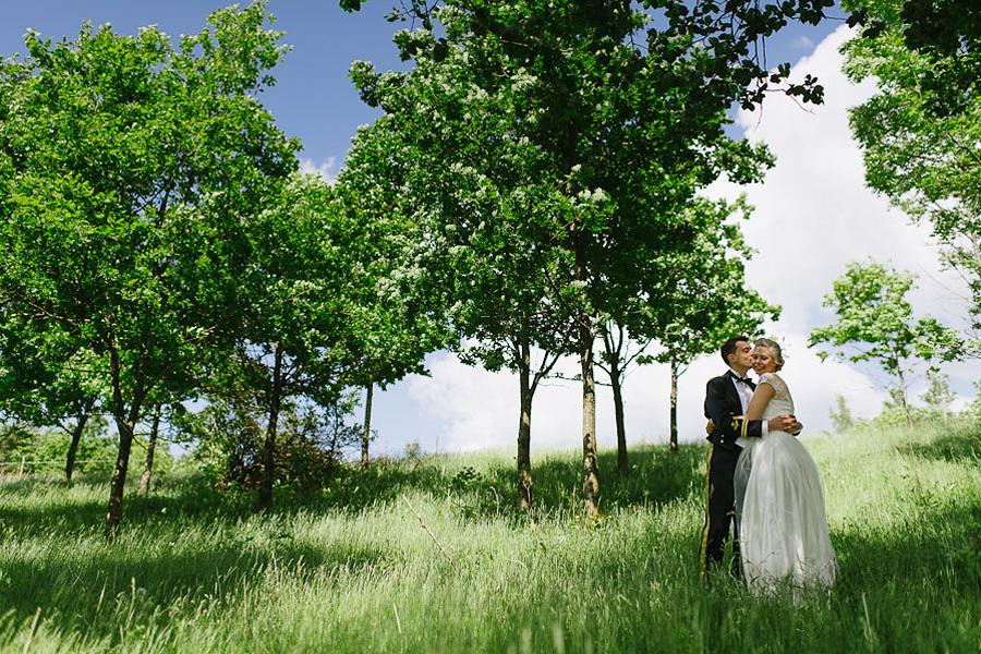 bröllopsfoto Ullared bröllopsparet i hagen