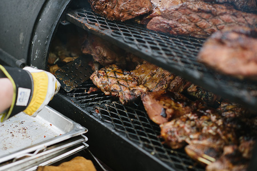 bröllopsfotograf Backa Loge grillning kött