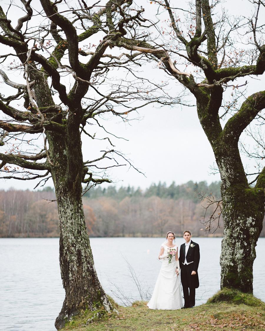 Bröllopsfotograf Nääs Fabriker - Paret vid vattnet