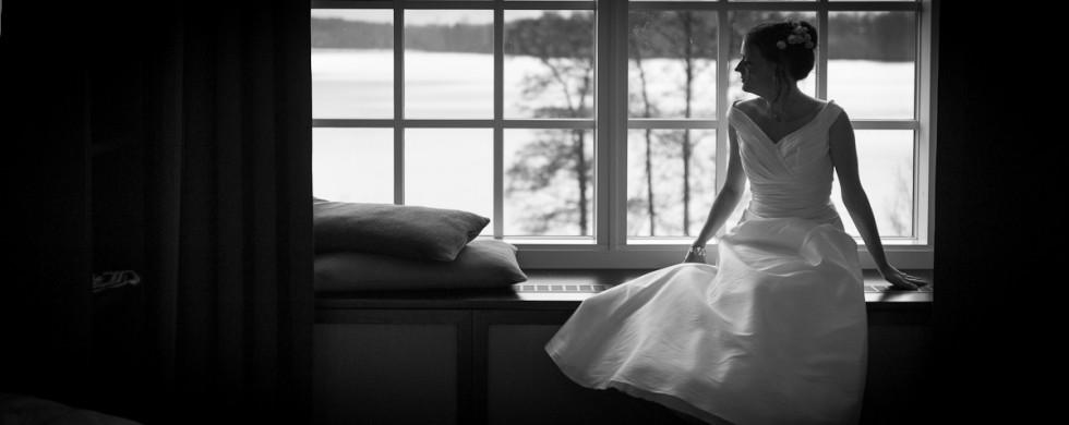 bröllop Nääs Fabriker Beata i fönstret med utsikt bröllopsfotograf David Berg