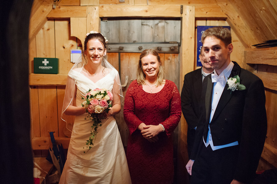 Bröllop Hedareds Stavkyrka - Bröllopsparet och tärna väntar på vigsel- bröllopsfotograf David Berg