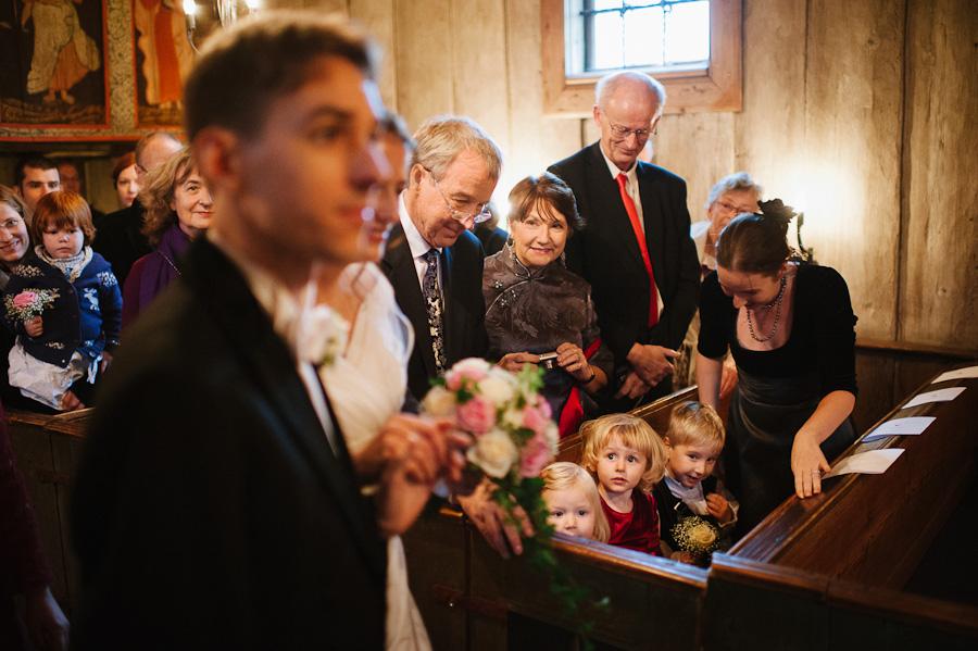 Bröllop Hedareds Stavkyrka - Bröllopsparet och släkt under vigseln