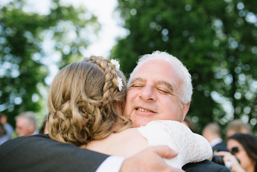 Bröllop Hyssna Gamla Kyrka - gratulationer kramar