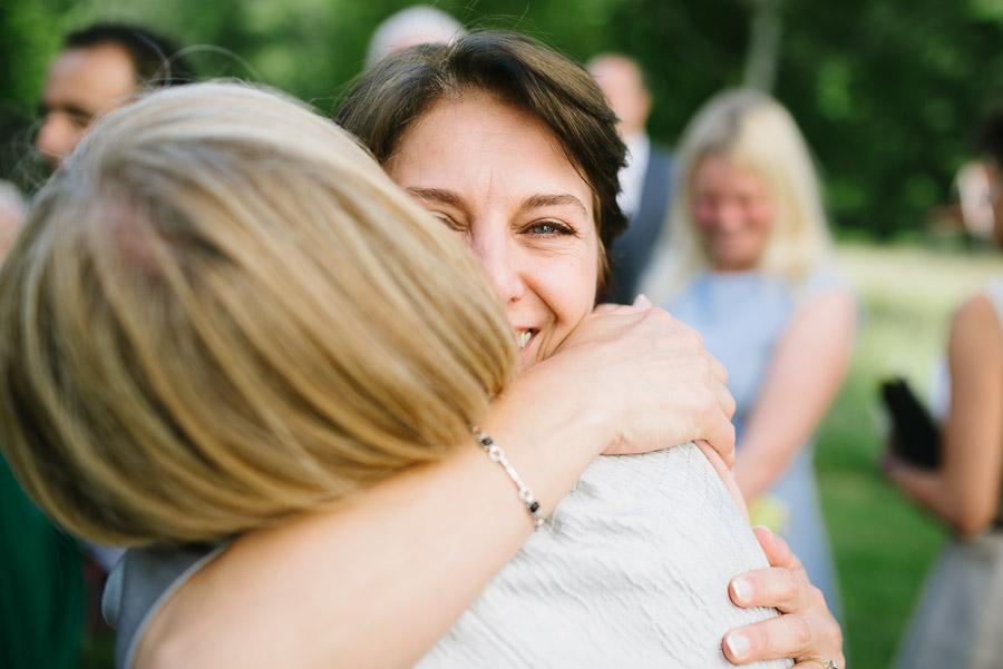 Bröllop Hyssna Gamla Kyrka - gratulationer kram