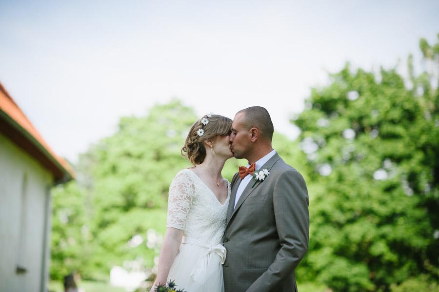 Bröllop Hyssna Gamla Kyrka - porträtt bröllopsfotograf kyss