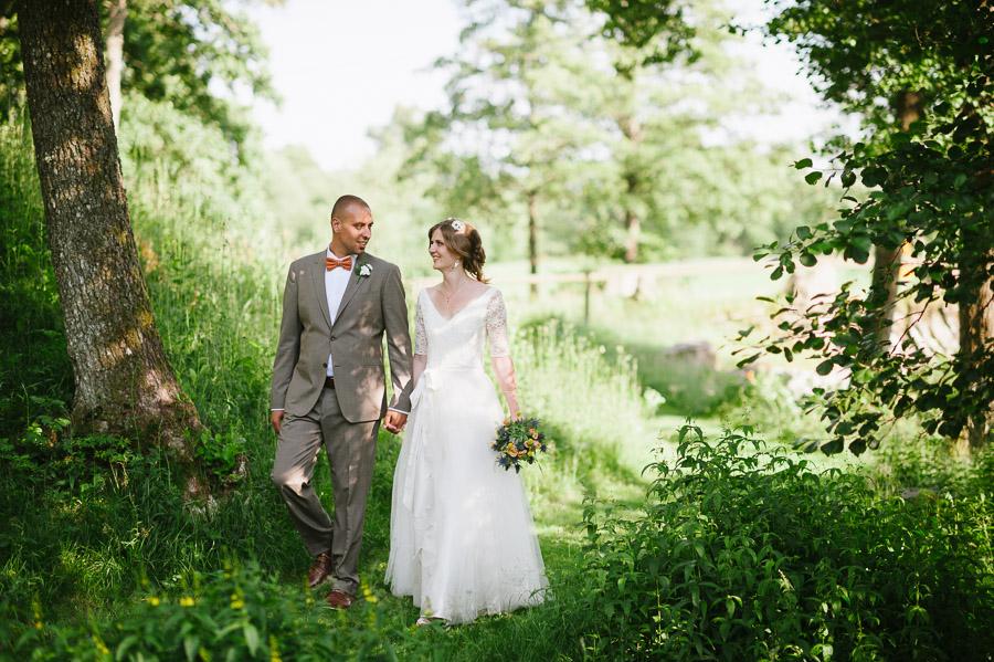 Bröllop Hyssna Gamla Kyrka - porträtt bröllopsfotograf brudpar promenerar