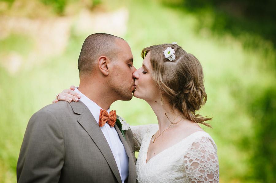 Bröllop Hyssna Gamla Kyrka - porträtt kyss