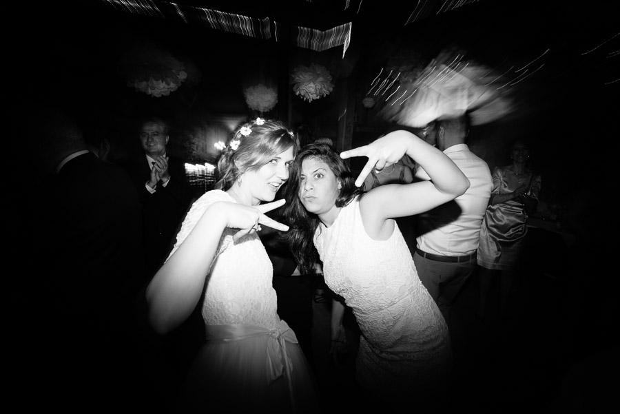 Bröllop Kvarnen i Hyssna - party på dansgolvet svartvitt bruden med kompis