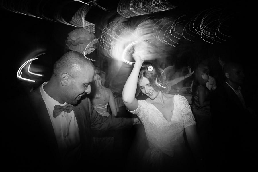 Bröllop Kvarnen i Hyssna - party på dansgolvet svartvitt brudparet rockar