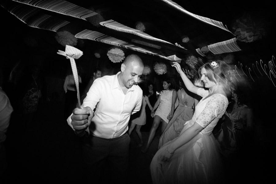 Bröllop Kvarnen i Hyssna - party på dansgolvet svartvitt brudparet rockar med fluga