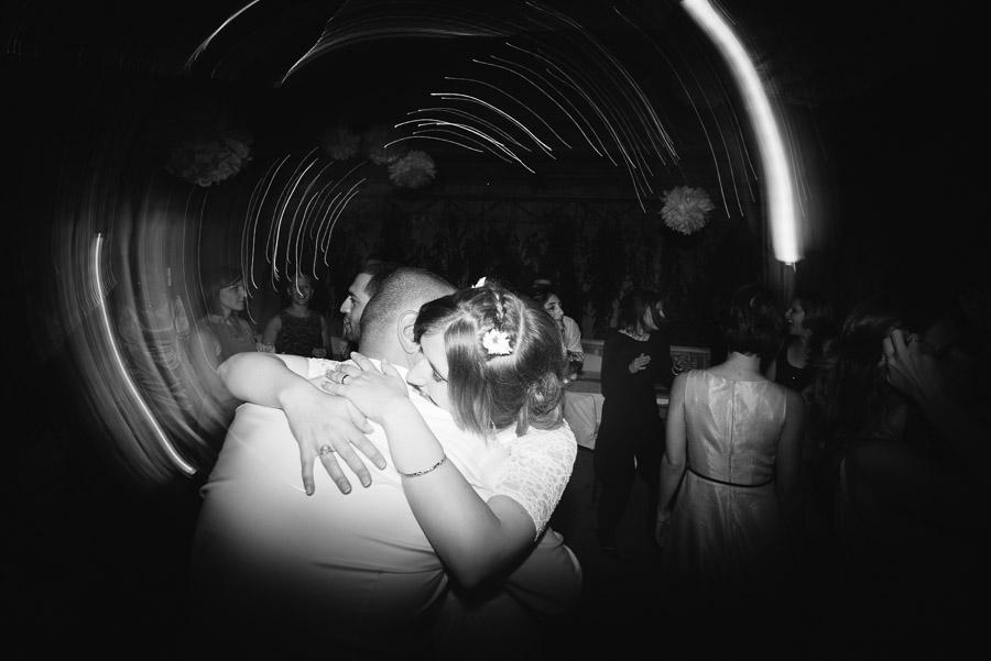 Bröllop Kvarnen i Hyssna - party på dansgolvet brudparet kramas
