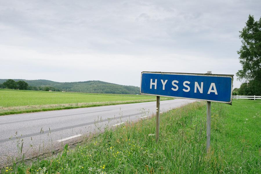 Emily och Firas provfotografering i Hyssna - Vägskylt