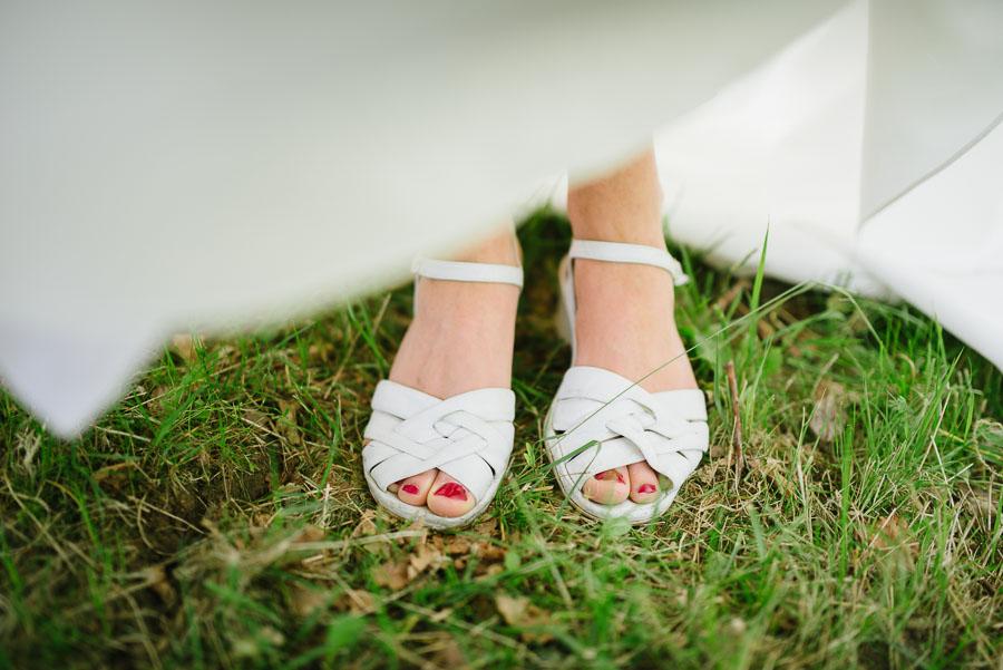 Bröllopsfotograf Backa Loge - bröllopsporträtt brudens skor