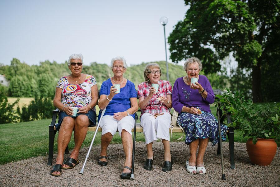 Bröllopsfotograf Kalv - damer på bänk