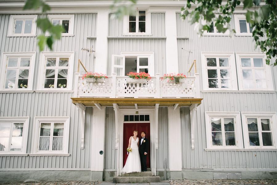 Bröllopsfotograf Marstrand. Porträtt under en balkong.
