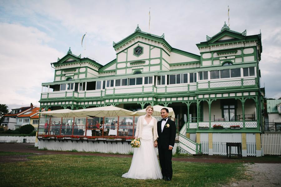 Bröllop Societetshuset Marstrand. Bröllopsporträtt vid societetshuset