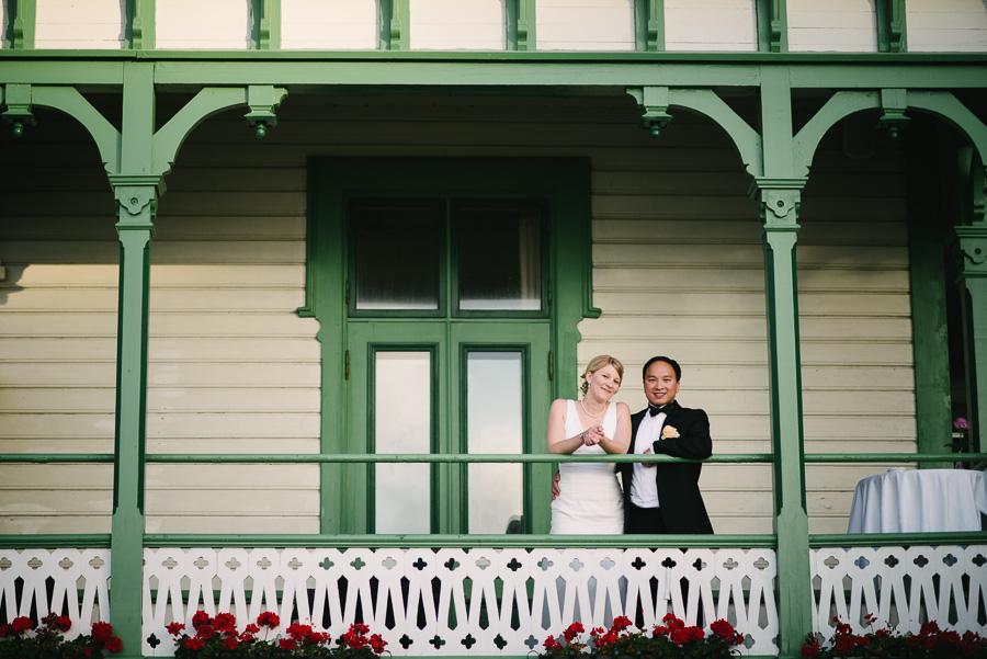 Bröllopsfotograf Marstrand. Bröllopsporträtt på societetshusets balkong