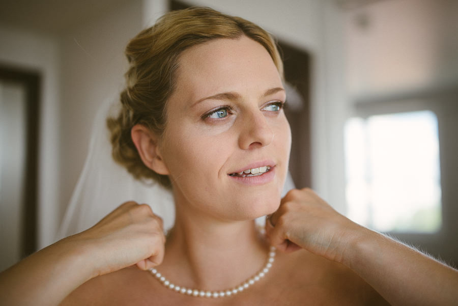 Bröllopsfotograf Göteborg - Brudens förberedelser på hotellet, halsband