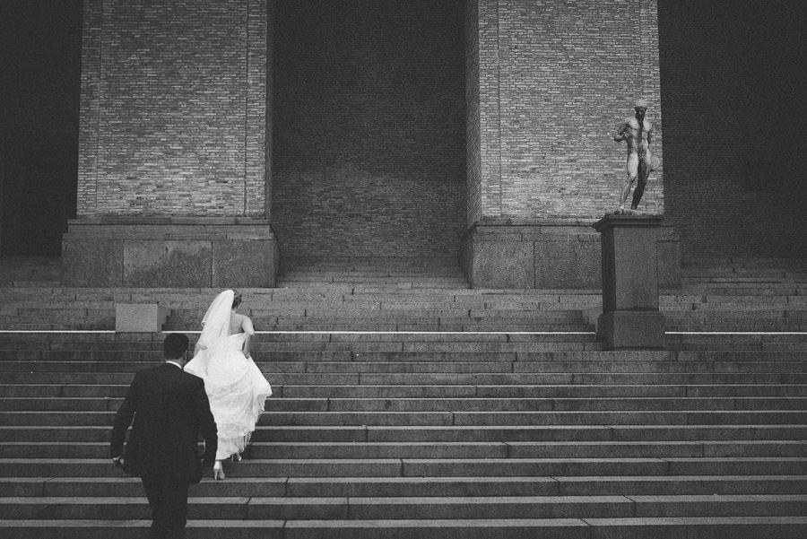 Bröllopsfotograf Avenyn - Porträtt vid trappan till Konstmuseet i Göteborg