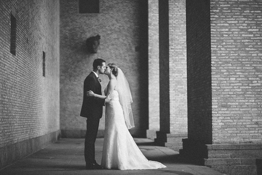 Bröllopsfotograf Götaplatsen - Porträtt vid trappan till Konstmuseet i Göteborg