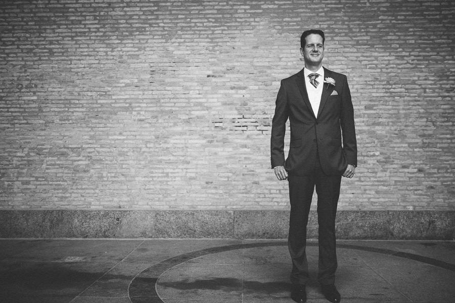 Bröllopsfotograf Göteborg - Porträtt på brudgummen vid Götaplatsen