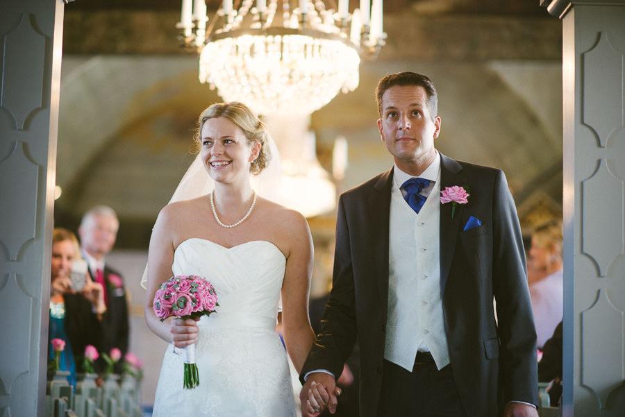 Bröllopsfotograf Tuve kyrka - Vigsel. Paret på väg ut