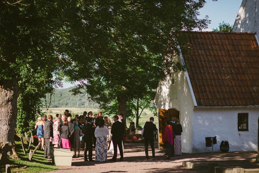 Bröllopsfotograf Tuve kyrka - Gratulationer och kramar