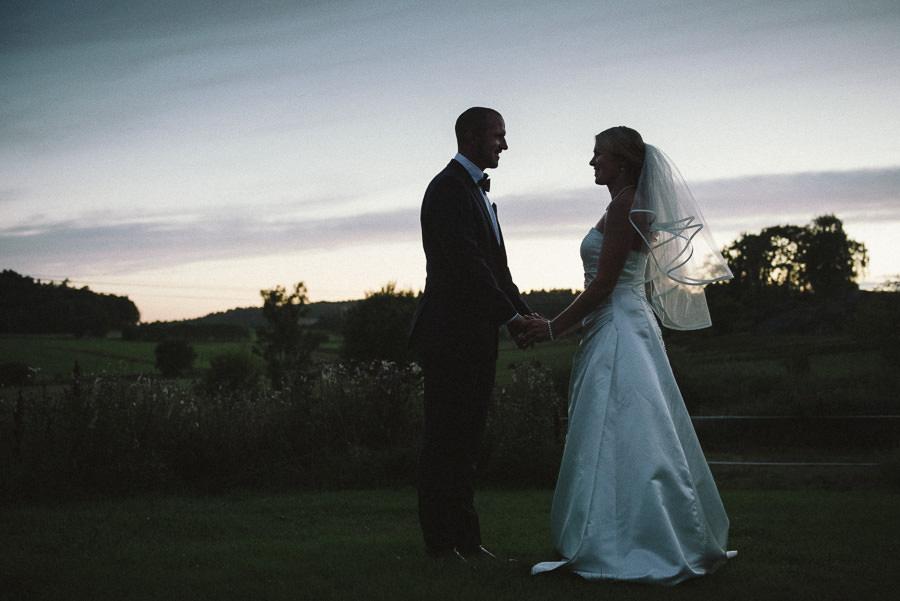 Bröllop i Gråbo. Brudparet i solnedgången
