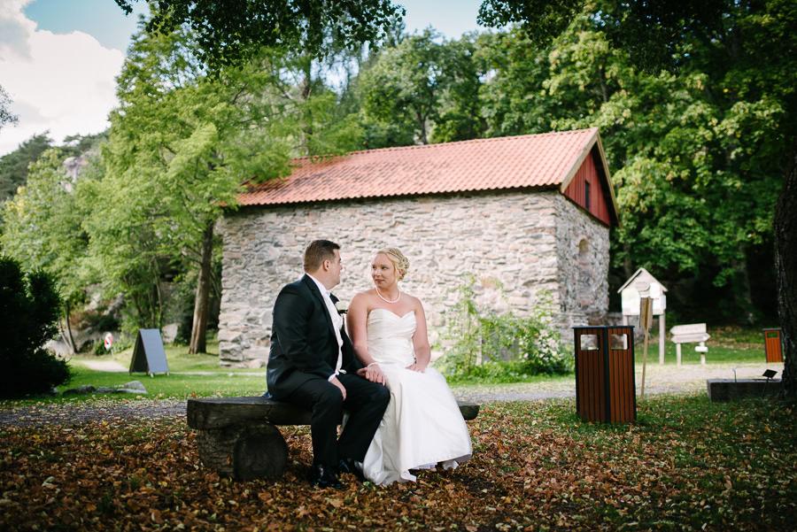 Bröllopsfotograf Sundsby - Bröllop på Sundsby Gårdscafé, Tjörn. Bröllopsporträtt på bänk.