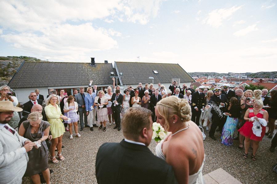 Bröllopsfoto Skärhamn - Riskastning och gratulationer utanför Skärhamns Kyrka