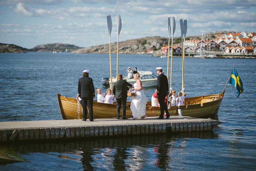 Bröllopsfotograf Skärhamn - Bröllopsfoto i reportagestil. Brudparet anländer i båt.