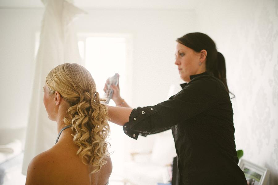 fotograf lantligt bröllop Gråbo, Göteborg - förberedelser bruden