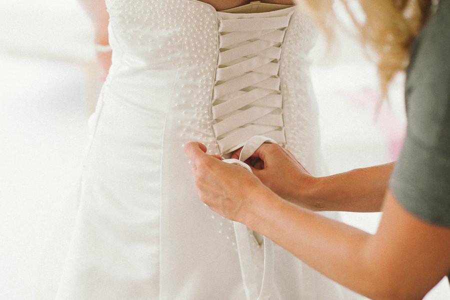 bröllopsfotograf fotojournalistisk Gråbo, Göteborg - förberedelser bruden i bröllopsklänning