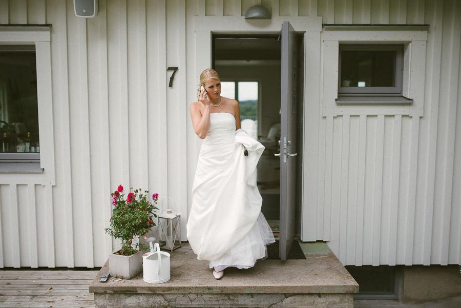 bröllopsfotograf Gråbo - bruden i telefon