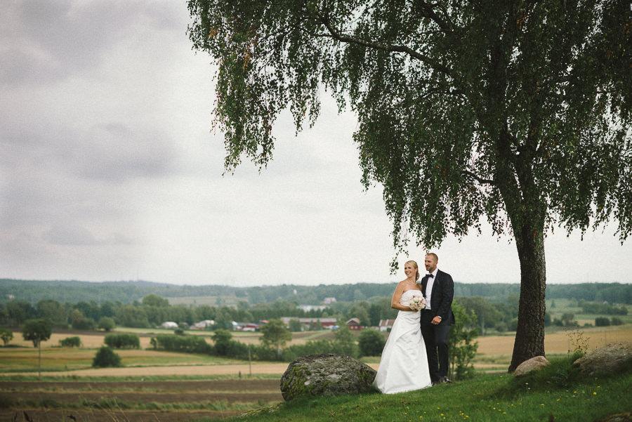 bröllopsfotograf lantligt bröllop i Gråbo, Göteborg - porträtt i landskap