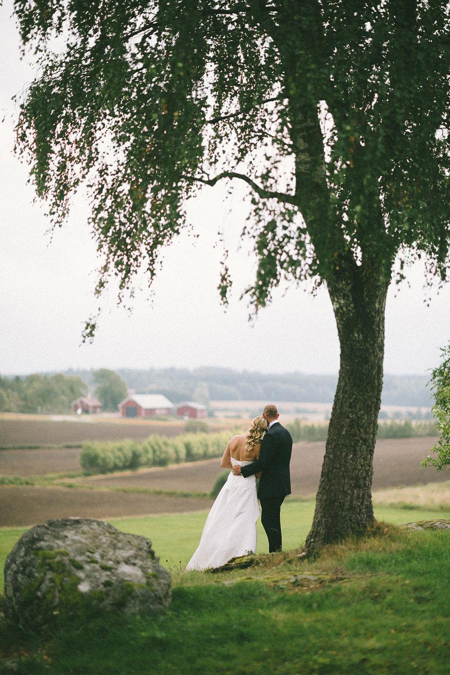 bröllopsfoto lantligt bröllop i Gråbo, Göteborg - porträtt i landskap