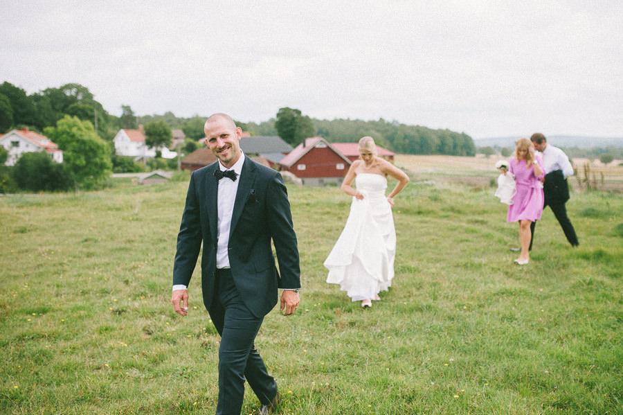 bröllopsfotograf reportagestil på lantligt bröllop i Gråbo, Göteborg - brud och brdugum påväg tillbaka