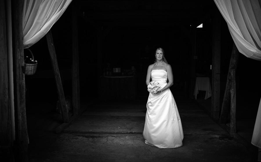 bröllopsfoto lantligt bröllop i en lada i Gråbo - bröllopsporträtt på bruden i ladan