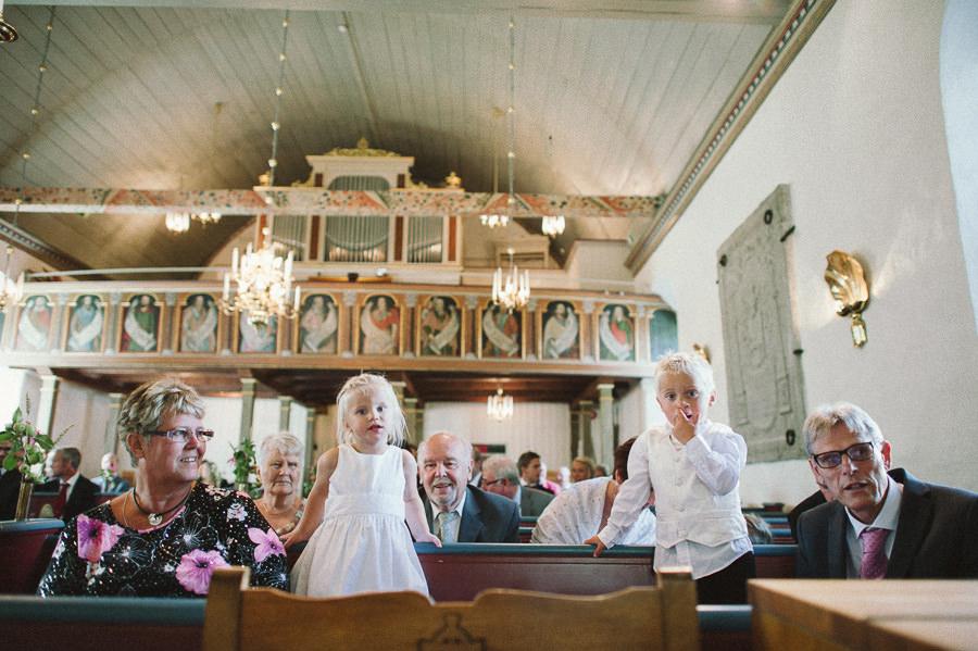 bröllopsfoto i reportagestil Stora Lundby Kyrka Gråbo, Göteborg - barnen i kyrkbänken