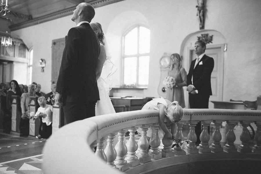 bröllopsfotograf reportagestil Stora Lundby Kyrka Gråbo, Göteborg - vigsel med barn