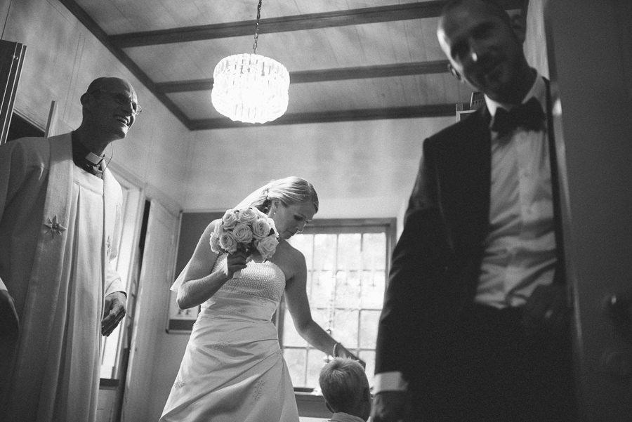 bröllopsfotograf reportagestil Stora Lundby Kyrka Gråbo, Göteborg - väntar med prästen efter vigseln
