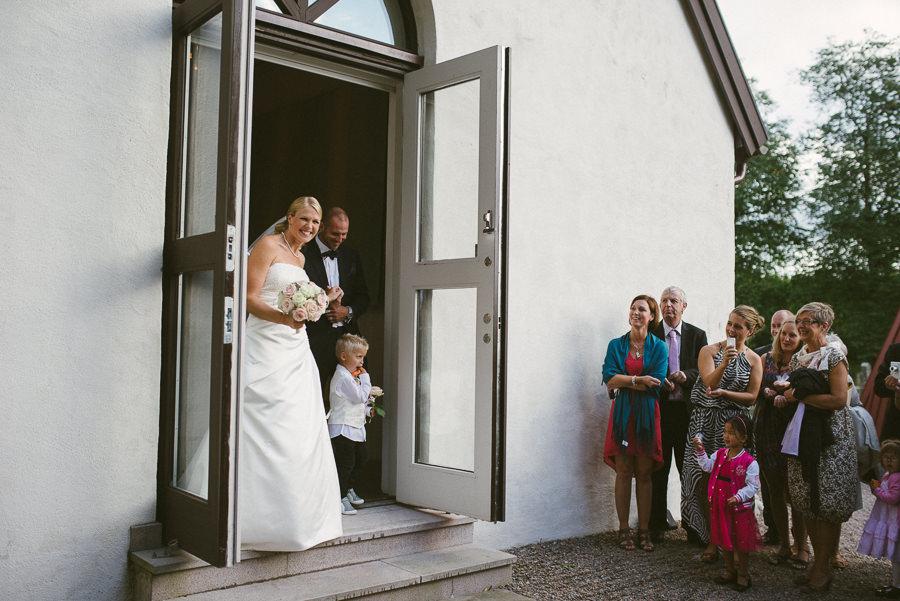 bröllopsfoto Stora Lundby Kyrka Gråbo, Göteborg - gratulationer och kramar