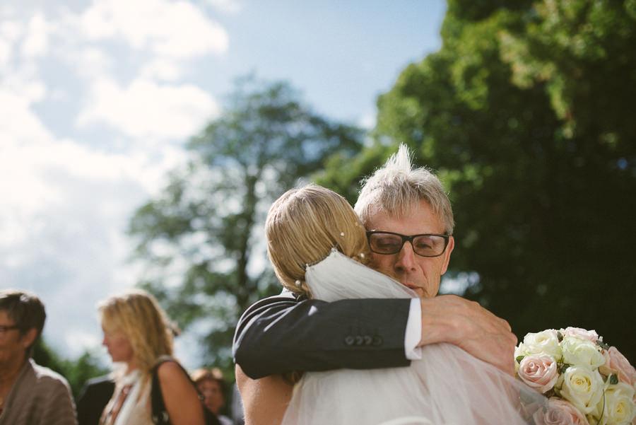 bröllopsfotograf reportage Stora Lundby Kyrka Gråbo, Göteborg - gratulationer och kramar