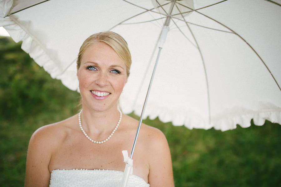 bröllopsfoto i Gråbo, Göteborg - bruden med ett paraply