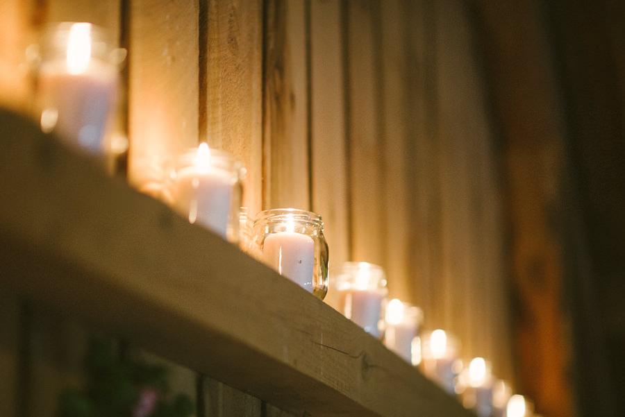 lantligt bröllop i lada i Gråbo, Göteborg- detaljbild. Ljuslyktor på rad