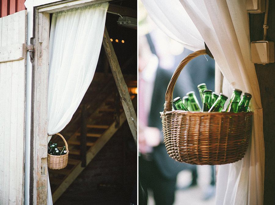 lantligt bröllop i lada i Gråbo, Göteborg- miljöbild dekorationer ölkorg
