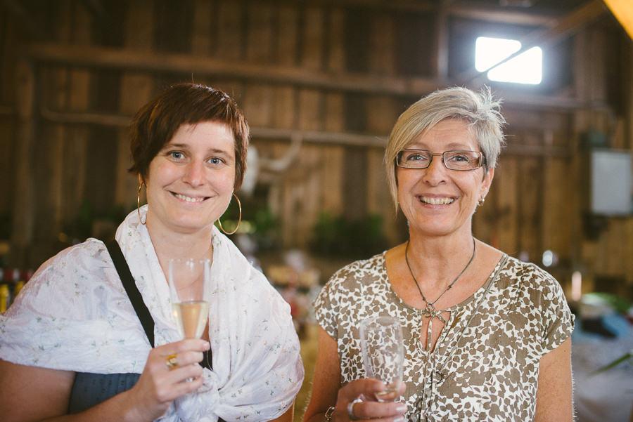 bröllopsfotograf Gråbo - gäster minglar i ladan