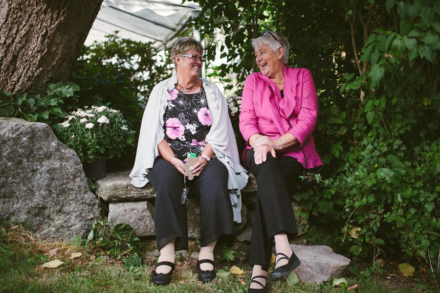 bröllopsfotograf Gråbo - gäster på bänk