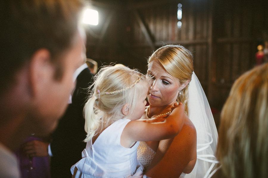 bröllopsfotograf Gråbo - bruden minglar i ladan