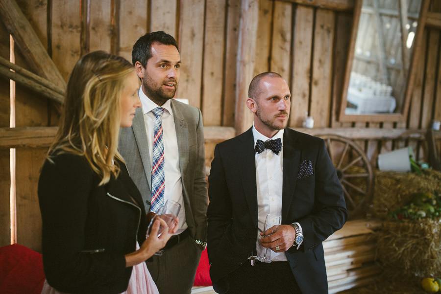 bröllopsfotograf Gråbo - brudgummen minglar i ladan